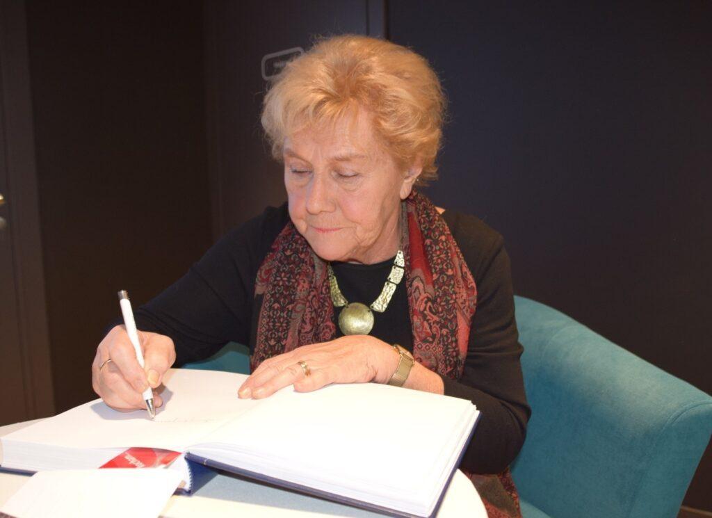 Kobieta pisząca długopisem
