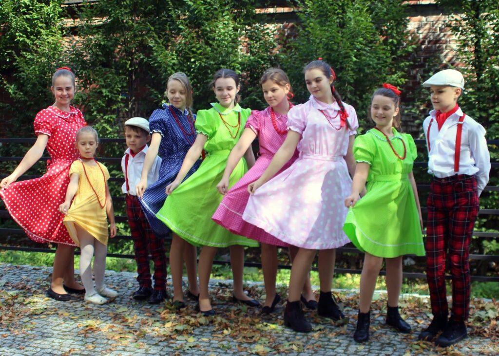 Dwóch chłopców oraz siedmioro dziewcząt pozujących do zdjęcia