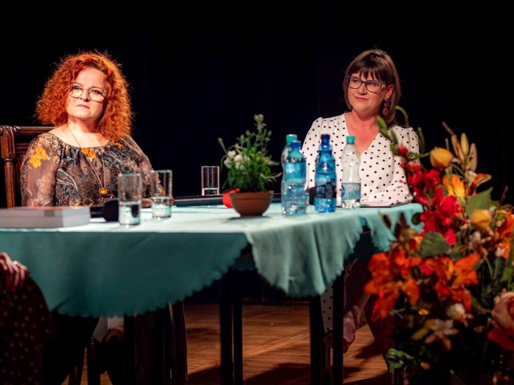 Dwie kobiety siedzące przy stole