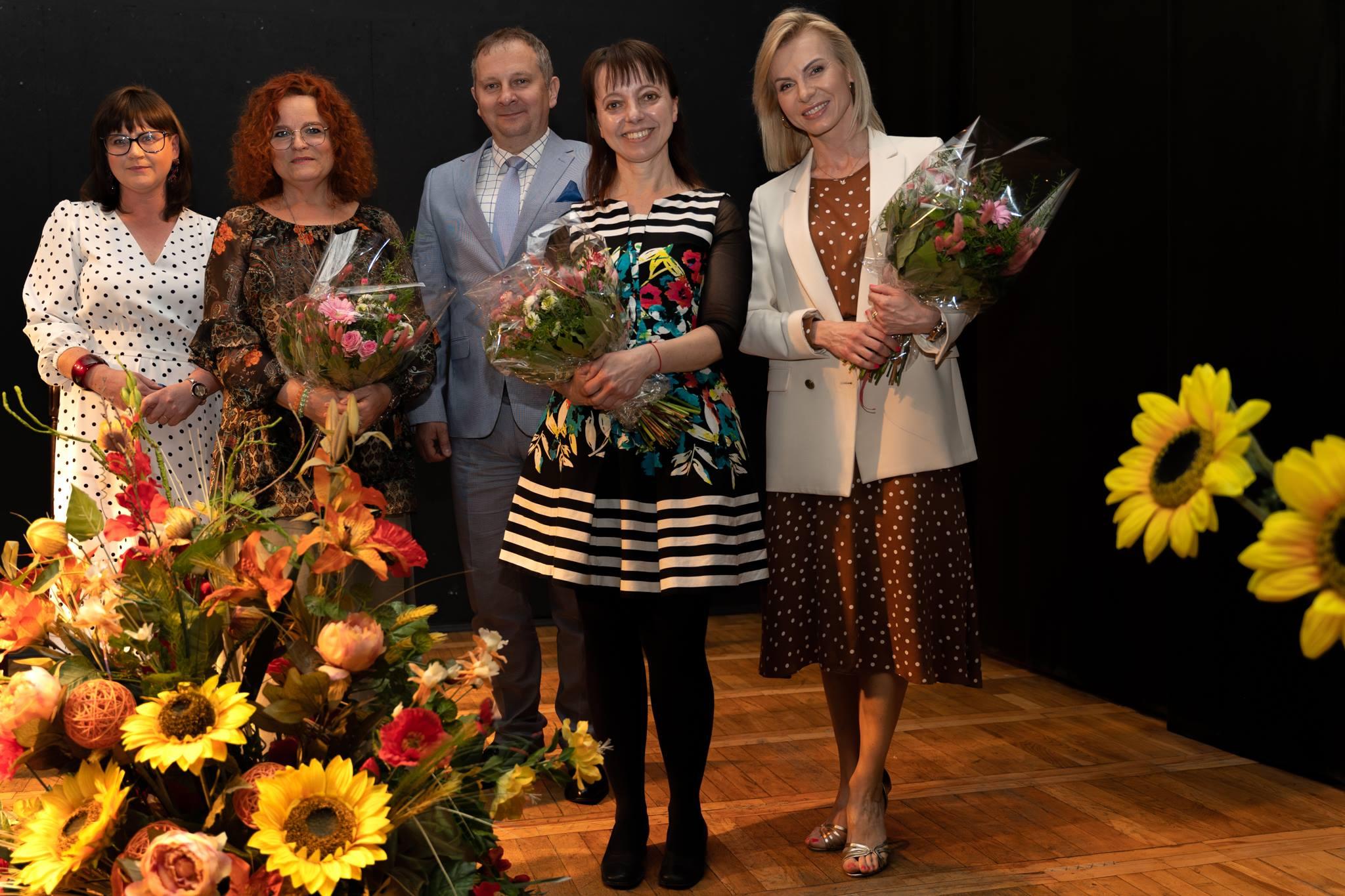 Kobiety trzymające kwiaty